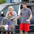 Exclusif - Jamie Lynn Spears, son fiancé Jamie Watson et sa fille Maddie Aldridge achètent des fleurs pour leur jardin à Kentwood, en Louisiane, le 9 Mars 2014.