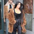 Kim Kardashian quitte son appartement à New York, vêtue d'un manteau en shearling Coach, d'un top bustier Vivienne Westwood, d'un pantalon adidas et de chaussures YEEZY. Le 16 février 2017.