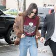 Kendall Jenner à New York, porte une veste en shearling, un pull Louis Vuitton, un jean et des bottines en peau de reptile. Le 11 février 2017.