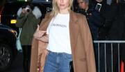 Kate Bosworth arrive au défilé de mode Calvin Klein, vêtue d'un t-shirt imprimé du nouveau logo de la maison américaine. New York, le 10 février 2017.