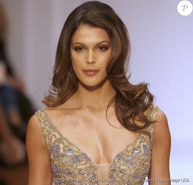 Iris Mittenaere (Miss Univers) défile pour Sherri Hill lors de la Fashion Week à New York, le 13 février 2017. Elle défile pour la première fois depuis son élection.