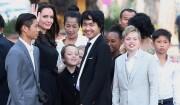 """<span>Exclusif - Angelina Jolie, radieuse et souriante, rend visite au roi du Cambodge Norodom Sihamoni pour la projection de son film accompagnée de ses six enfants à Siem Reap le 18 février 2017. Son film """"D'abord ils ont tué mon père"""" (First They Killed My Father) raconte l'histoire vraie de l'activiste américano-cambodgienne Loung Ung ayant survécu aux atrocités du régime des Khmers rouges... Ces six enfants Pax, Maddox, Shiloh, Zahara, Vivienne et Knox l'accompagnent. </span>"""