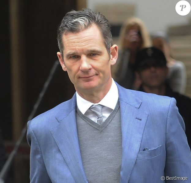 Iñaki Urdangarin, mari de l'infante Cristina d'Espagne, quitte le tribunal de Palma de Majorque le 23 février 2017 : reconnu coupable et condamné à six ans et trois mois de prison dans l'affaire Noos, il est maintenu en liberté provisoire dans l'attente du jugement définitif.