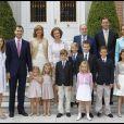 La famille royale d'Espagne lors de la communion de Miguel, fils de l'infante Cristina et d'Iñaki Urdangarin, le 28 mai 2011 au palais de la Zarzuela, à Madrid.
