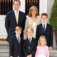 Iñaki Urdangarin et l'infante Cristina d'Espagne avec leurs enfants Pablo, Miguel, Juan Valentin et Irene en décembre 2011 à Madrid.