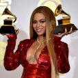 Beyoncé pose avec ses deux pris lors de la 59e édition des Grammy Awards au Staples Center de Los Angeles, le 12 février 2017