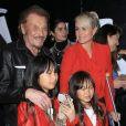 Johnny Hallyday, sa femme Laeticia (en béquilles) et leurs filles Jade et Joy au vernissage de l'exposition du photographe Mathieu Cesar à Los Angeles, le 21 février 2017.