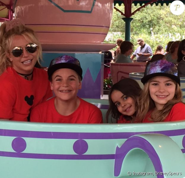 Britney Spears passe la journée à Disneyland en famille avec ses nièces Maddie et Lexie et ses fils Jayden et Sean - Photo publiée sur Instagram le 13 mars 2017