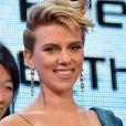 Scarlett Johansson, habillée en Balmain et parée de bijoux de la nouvelle collection Tiffany City HardWear lors de la première du film Ghost in the Shell à Tokyo le 16 mars 2017.