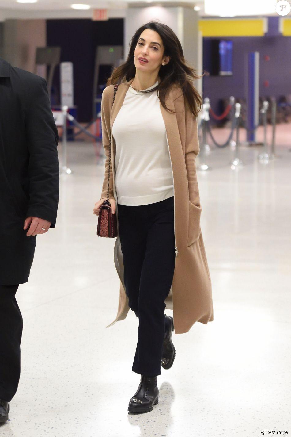 Exclusif - Amal Clooney, enceinte, arrive à l'aéroport JFK de New York City, New York, Etats-Unis, le 11 mars 2017.