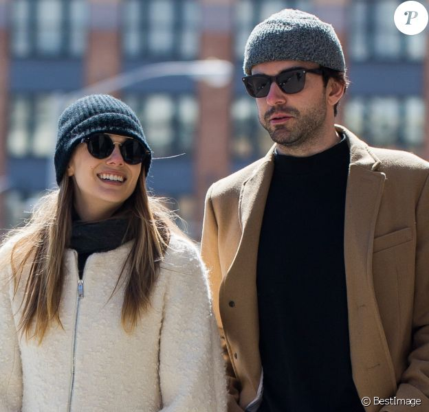 Elizabeth Olsen avec son nouveau compagnon Robbie Arnett du groupe Milo Greene dans les rues de New York City, New York, Etats-Unis, le 20 mars 2017.