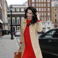 Amal Alamuddin Clooney, enceinte, arrive à Chatham House à Londres pour une réunion à propos des crimes de guerre en Syrie le 29 mars 2017.