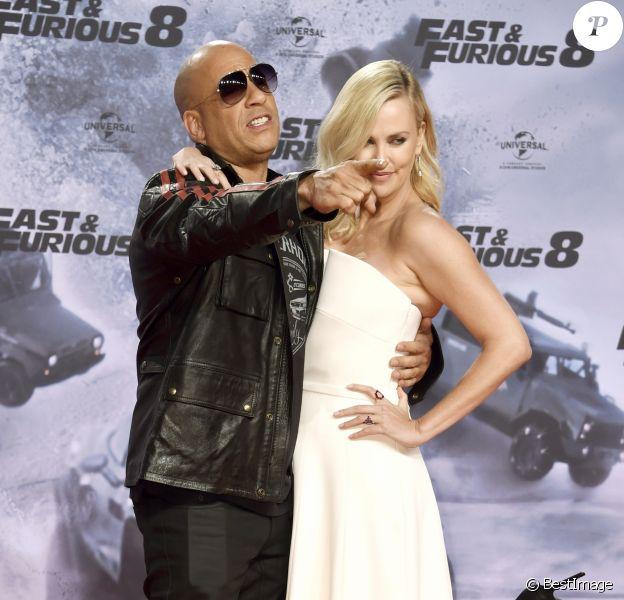 """Vin Diesel et Charlize Theron lors de la première du film """"Fast & Furious 8"""" au cinéma CineStar IMAX à Berlin, Allemagne, le 4 avril 2017."""