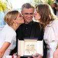 """Léa Seydoux, Abdellatif Kechiche (Palme d'Or pour """"La vie d'Adèle"""") et Adèle Exarchopoulos au 66e festival du film de Cannes. Le 26 mai 2013"""