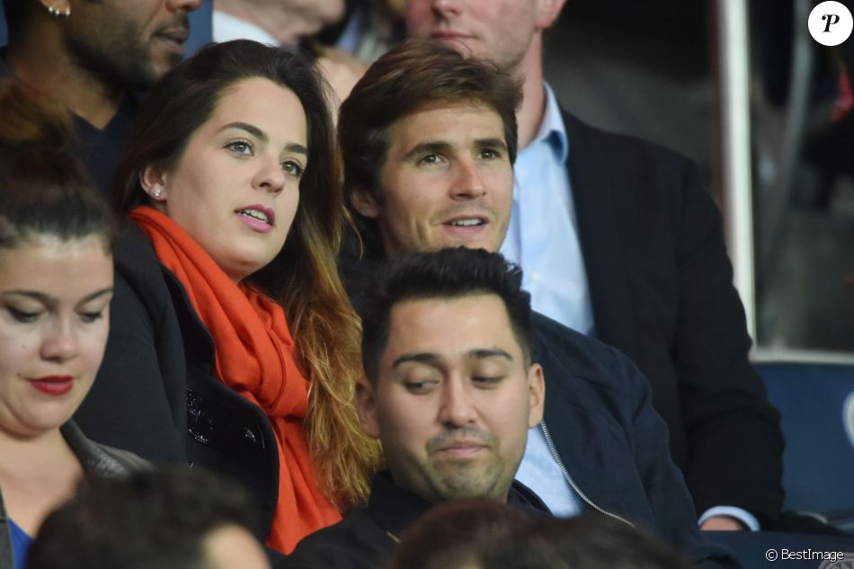 Anouchka Delon et son compagnon Julien Dereims - People dans les tribunes du match de football PSG-Guingamp (4-0) au Parc des Princes à Paris, le 9 avril 2017.
