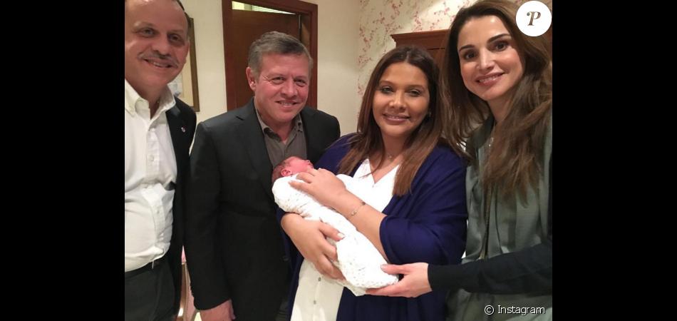 Le prince Faisal et la princesse Zeina de Jordanie après la naissance de leur premier enfant, Abdullah, le 17 février 2016, qu'ils présentaient ici entourés du roi Abdullah II et de la reine Rania (photo Instagram Rania de Jordanie). Le couple a eu le 8 avril 2017 un deuxième fils, le prince Muhammad.