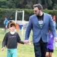Ben Affleck emmène sa fille Seraphina jouer à un match de football dans un parc à Los Angeles, le 8 avril 2017