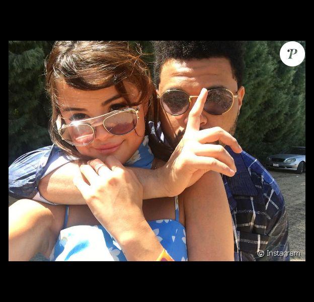 Selena Gomez et The Weeknd, très amoureux, s'affichent fièrement au Coachella Festival le 16 avril 2017
