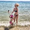 Sylvie Tellier : Divine en bikini, sa fille s'éclate à la mer !