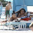 Karrueche Tran profite d'une belle journée ensoleillée avec des amis sur la plage de Miami. Le 15 avril 2017.