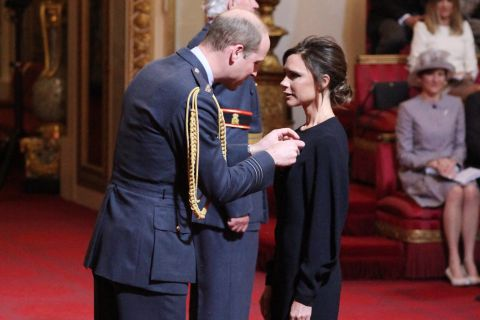 Victoria Beckham décorée par le prince William devant ses parents et David
