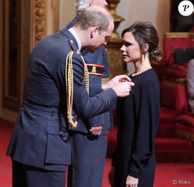Victoria Beckham a été décorée (OBE) dans l'ordre de l'empire britannique par le prince William lors d'une cérémonie à Buckingham Palace le 19 avril 2017.