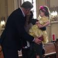 Alec Baldwin redemandant la main de son épouse Hilaria en présence de leur fille Carmen, à New York le 19 avril 2017