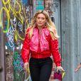 Exclusif - Hilary Duff tourne une scène de la série ''Younger'' dans la rue à New York, le 9 avril 2017. Elle porte un bomber rouge et des stilletos