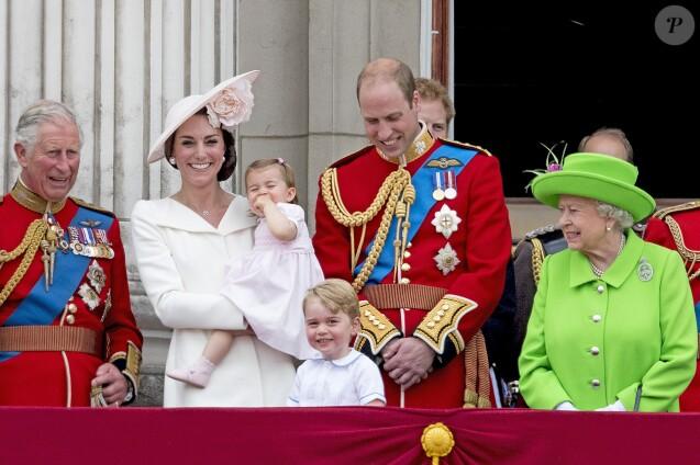 La reine Elizabeth II entourée de la famille royale, notamment le prince William et la duchesse Catherine de Cambridge avec leurs enfants George et Charlotte, le 11 juin 2016 lors de la parade Trooping the Colour en l'honneur de son 90e anniversaire.