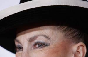 Une ex-Miss boulimique à qui on a donné des directives de vote, Sylvie Tellier qui veut  la place, un fils qui balance... Geneviève est au bout du rouleau !