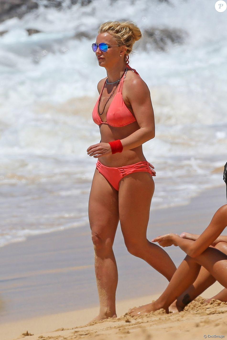 Exclusif - Britney Spears profite d'une belle journée ensoleillée avec sa mère Lynne Spears sur une plage à Kauai à Hawaii, le 13 avril 2017