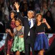 Le président Barack Obama accueille la foule avec sa femme, la première dame Michelle Obama et les enfants Malia et Sasha à Chicago, le 6 november 2012 - Olivier Douliery / ABACAPRESS.COM