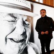 """Nikos Aliagas endeuillé : Son poignant hommage à son père, """"un homme digne"""""""