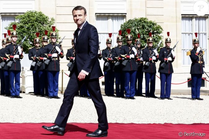 emmanuel macron costume jonas cie rue d 39 aboukir paris 450 euros lors de la passation. Black Bedroom Furniture Sets. Home Design Ideas