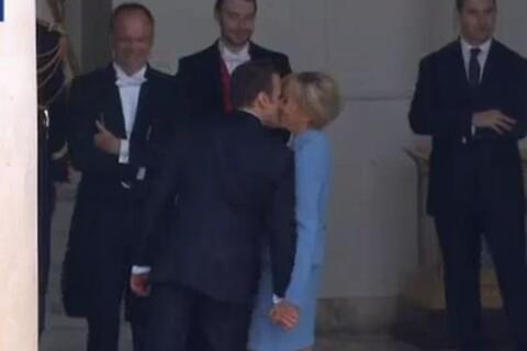 Emmanuel Macron, une investiture réussie : Son baiser échangé avec Brigitte