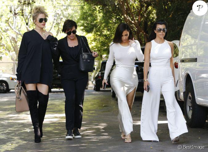 kim kourtney khlo kardashian et leur m re kris jenner lors du tournage de la t l r alit l. Black Bedroom Furniture Sets. Home Design Ideas