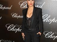 Salma Hayek, décolletée, sort le grand jeu devant Charlize Theron pour Chopard