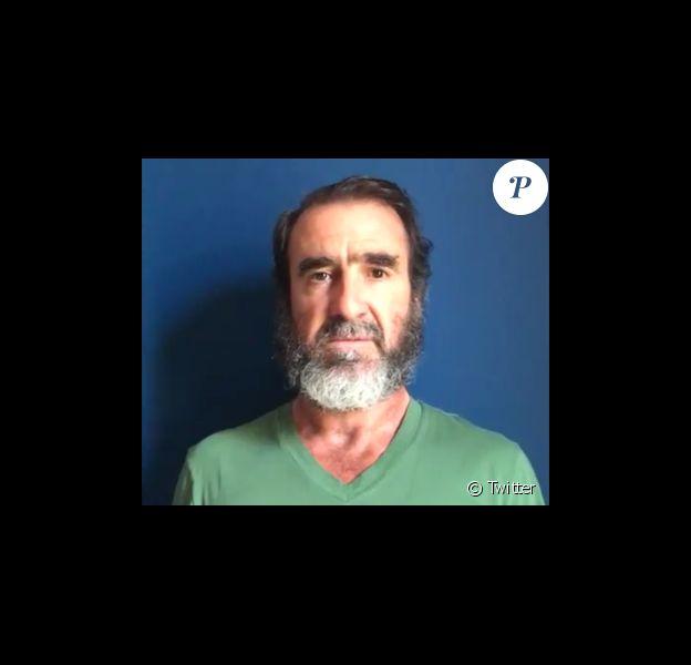 Eric Cantona, l'air grave, a adressé un message de solidarité et d'émotion à la ville de Manchester et aux Mancuniens suite à l'attentat mortel perpétré le lundi 22 mai 2017.