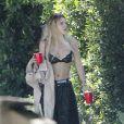 Bella Thorne à la sortie d'une fête privée en soutien gorge et bas de jogging à Los Angeles, le 28 mai 2017