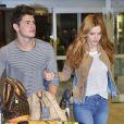 Bella Thorne et Gregg Sulkin arrivent à l'aéroport de Vancouver le 12 octobre 2015.