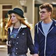 Bella Thorne et Gregg Sulkin se baladent en amoureux à Vancouver le 4 octobre 2015.
