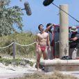 """Exclusif - L'acteur Darren Criss en maillot de bain sur le tournage de la nouvelle série """"ACS : Versace"""" sur une plage à Miami, le 4 mai 2017"""