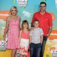 """Tori Spelling, Dean McDermott et leurs enfants Stella Doreen et Liam Aaron à la soirée """"Kids' Choice Awards"""" au Forum à Inglewood. Le 12 mars 2016 Nickelodeon 2016"""