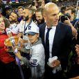 Zinedine Zidane a savouré avec son fils Elyaz, qui porte ici la coupe, la victoire du Real Madrid en finale de la Ligue des Champions contre la Juventus de Turin le 3 juin 2017 à Cardiff.