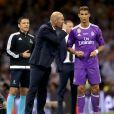 Zinedine Zidane discute avec Cristiano Ronaldo lors de la victoire du Real Madrid en finale de la Ligue des Champions contre la Juventus de Turin le 3 juin 2017 à Cardiff.