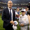 Zinedine Zidane a savouré avec son jeune fils Elyaz la victoire du Real Madrid en finale de la Ligue des Champions contre la Juventus de Turin le 3 juin 2017 à Cardiff.