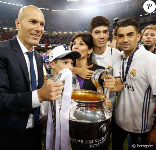 Zinedine Zidane soulève le trophée de la Ligue des Champions avec sa famille après la victoire du Real Madrid en finale de la compétition contre la Juventus de Turin le 3 juin 2017 à Cardiff.