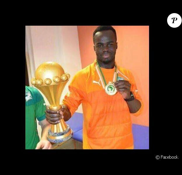 Cheick Tioté pose avec le trophée de la Coupe d'Afrique des nations en 2015 avec la Côte d'Ivoire.