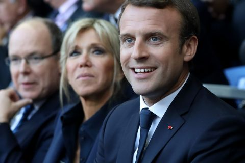 Emmanuel et Brigitte Macron complices pour une soirée sportive avec Chabal