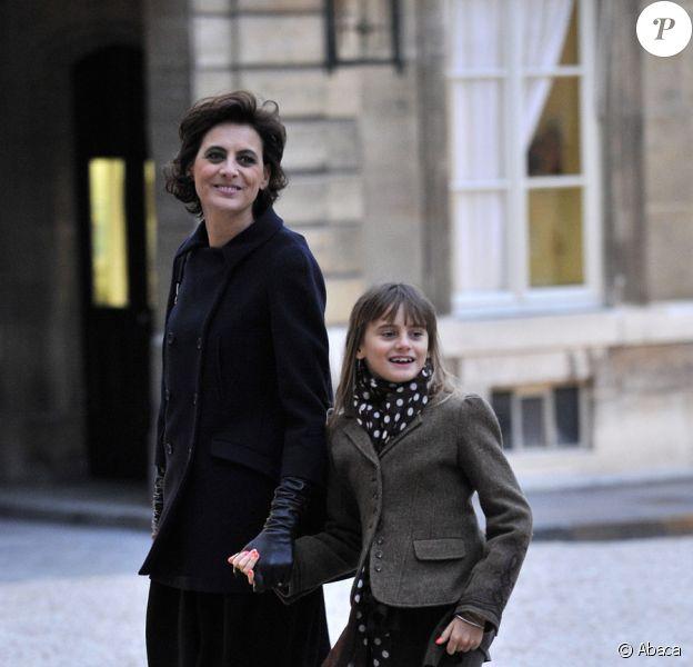 Inès de la Fressange et sa petite Violette à l'Elysée pour assiter à la remise des décorations de Sonia Rykiel et Jean-Louis Scherrer, le 28/01/09